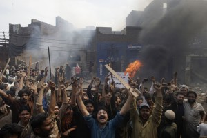 Pakistan_Mob-burning_Christian_homes